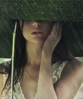 femme sous parapluie