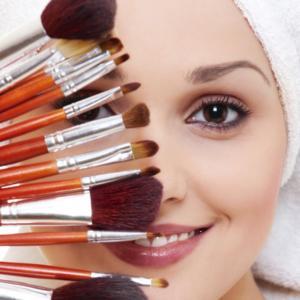 Mannequin avec plusieurs pinceaux de maquillage
