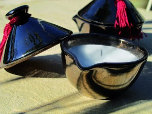 Bougie dans une coupelle en céramique
