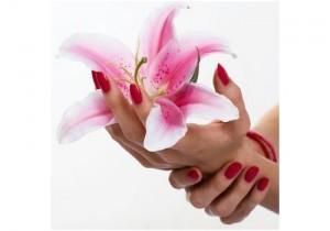 Mains vernis portant une fleur