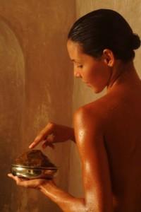 Mannequin utilisant du savon noir
