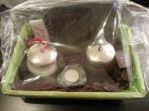 Coffret comprenant une crème satinée + un savon noir + un gant de kessa + une trousse de toilette (au choix) + un galet bougie (offert)