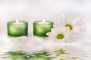 Bougies vertes et fleurs blanches